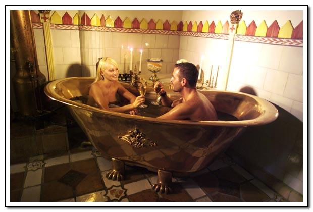 Муж с женой купаются в ванной фото